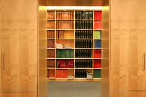 Blick auf juristische Bücherwand bei Labbé & Partner